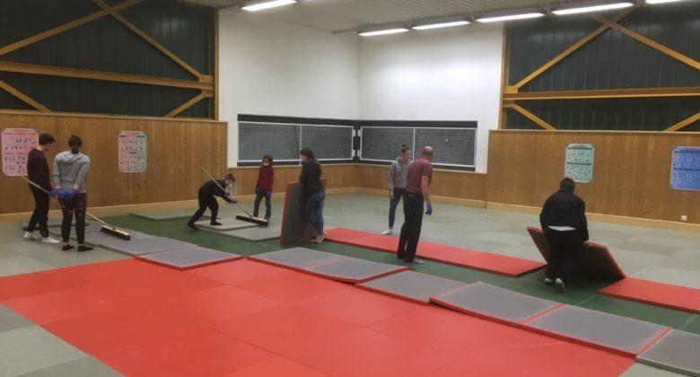 Viele Helfer bei Mattenreinigung im JKHE Dojo